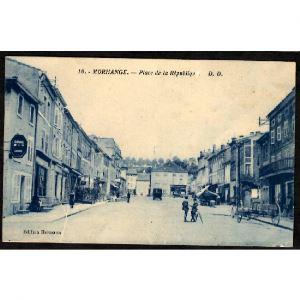 57 - MORHANGE (Moselle) - Place de la République - Garage à Droite